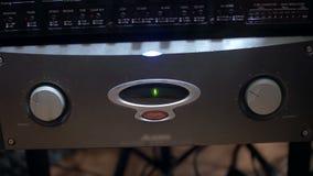 Fungera ljudsignalkortet i en studio för solid inspelning - closeupsikt arkivfilmer