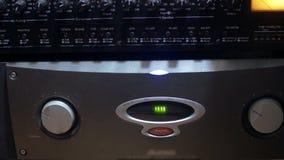 Fungera ljudsignalkortet i en studio för solid inspelning - closeupsikt lager videofilmer