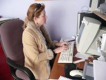 fungerande barn för datorkvinna royaltyfri foto