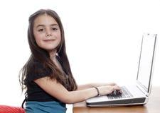 fungerande barn för flickabärbar dator royaltyfri fotografi