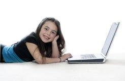 fungerande barn för flickabärbar dator Royaltyfri Foto
