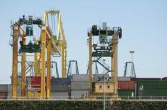 Fungerande kranbro i skeppsvarv på skymningen royaltyfri fotografi