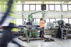 Fungerande maskineri för manuell arbetare på metallbransch Arkivbild