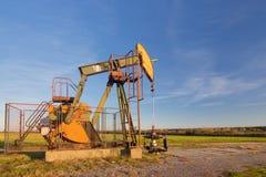 Fungerande olje- pump royaltyfri bild