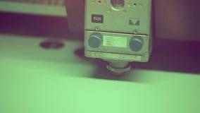 Fungerar robotic metallcutter för laser med metall close upp arkivfilmer