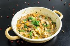 Funghi al forno casalinghi del galletto in padella isolata Immagine Stock Libera da Diritti