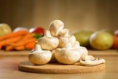 Funghi bianchi sui precedenti di legno Fotografia Stock
