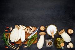 Funghi commestibili affettati per cucinare Fotografia Stock Libera da Diritti