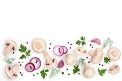 Funghi con il prezzemolo ed i granelli di pepe dell'aglio della cipolla isolati su fondo bianco con lo spazio della copia per il  Fotografia Stock