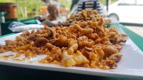 Funghi croccanti fritti in un piatto bianco immagine stock libera da diritti