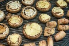 Funghi dei funghi prataioli sulla griglia Immagini Stock Libere da Diritti