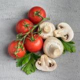 Funghi del fungo prataiolo con i pomodori Fotografia Stock