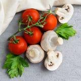 Funghi del fungo prataiolo con i pomodori Immagine Stock Libera da Diritti
