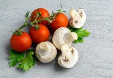 Funghi del fungo prataiolo con i pomodori Fotografia Stock Libera da Diritti