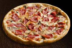 Funghi del prosciutto e de la pizza Foto de archivo libre de regalías
