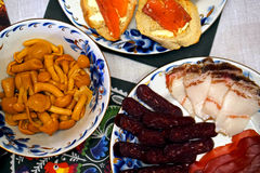 Funghi del sottaceto con i tagli freddi della carne Immagine Stock