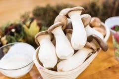 Funghi di ostrica di re in un canestro Immagine Stock