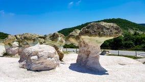 Funghi di pietra in Bulgaria sotto cielo blu immagine stock