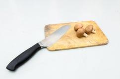 Funghi di shiitake e coltello freschi di spezzettamento Fotografie Stock Libere da Diritti