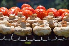 Funghi e pomodori bianchi del fungo prataiolo sulla griglia Fotografia Stock Libera da Diritti