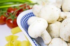 Funghi freschi in ciotola Fotografia Stock