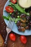 Funghi fritti con gli ortaggi freschi e le erbe Fotografia Stock