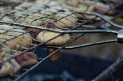 Funghi prataioli caldi sulla griglia immagine stock