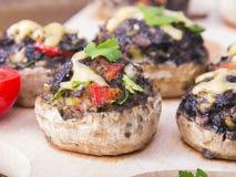 Funghi prataioli farciti con le uova, il formaggio e la paprica Immagine Stock