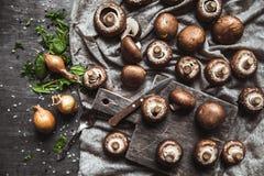 Funghi reali su un asciugamano di cucina Cottura dei piatti Immagini Stock