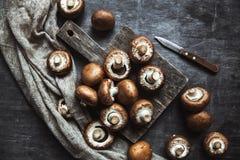 Funghi reali su un asciugamano di cucina Preparazione per cucinare immagine stock libera da diritti
