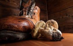 Funghi su una scheda di taglio di legno Immagine Stock