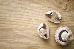Funghi sul tagliere Fotografia Stock Libera da Diritti