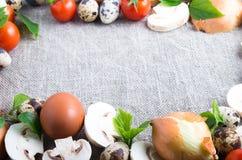 Fungo prataiolo, uova, pomodori ciliegia, cipolle ed uova di quaglia Immagini Stock Libere da Diritti
