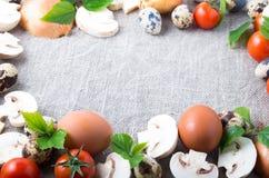 Fungo prataiolo, uova, pomodori ciliegia, cipolle ed uova di quaglia Immagine Stock