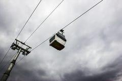 funicolare - cabine di funivia contro il cielo grigio Fotografia Stock