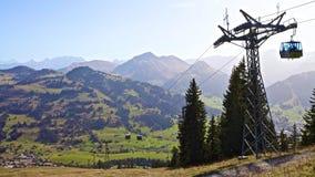 Funicolare in montagne nel giorno soleggiato Fotografia Stock