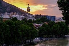 Funicolare sopra la città di Tbilisi al tramonto georgia fotografie stock
