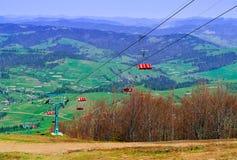 Funicolare su un fondo delle alte montagne e del cielo blu, concetto di viaggio nel selvaggio, spazio della copia, n Immagine Stock