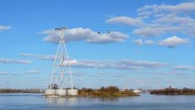 Funiculaire au-dessus de la rivière contre le ciel bleu et les nuages, laps de temps banque de vidéos