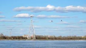 Funiculaire au-dessus de la rivière contre le ciel bleu et les nuages, laps de temps clips vidéos