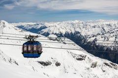 Funiculaire avec la pente de ski en montagnes près Images stock