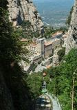 Funiculaire de Montserrat funiculaire avec vue sur des monas de Montserrat Image stock