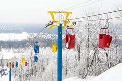 Funiculaire de neige Pente et transport par câble d'hiver photographie stock