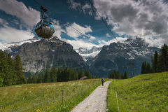 Funiculaire en vallée de Grindelwald, Suisse Image stock