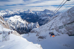 Funiculaire jusqu'au dessus du glacier de Marmolada image stock