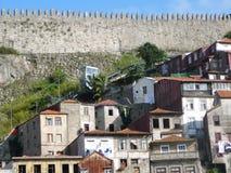 Funiculaire sous le mur de château Photo libre de droits