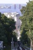 Funiculaire sur les voies, la station, les bâtiments et le pont image stock