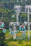 Funiculaires au-dessus des arbres tropicaux en Hong Kong Photos stock