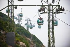 Funiculaires au-dessus des arbres tropicaux en Hong Kong Images stock