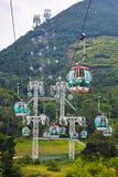 Funiculaires au-dessus des arbres tropicaux en Hong Kong Photographie stock